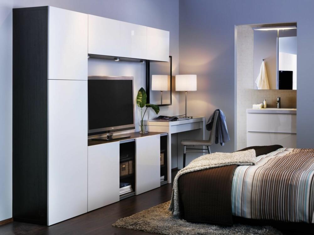 KAN BYGGES FRA GULV TIL TAK: Oppbevaringssystemet Bestå fra Ikea kan du skreddersy etter ditt behov slik at du f.eks kan få bokhylle, TV-benk, vitrineskap, og laptopbord i ett.