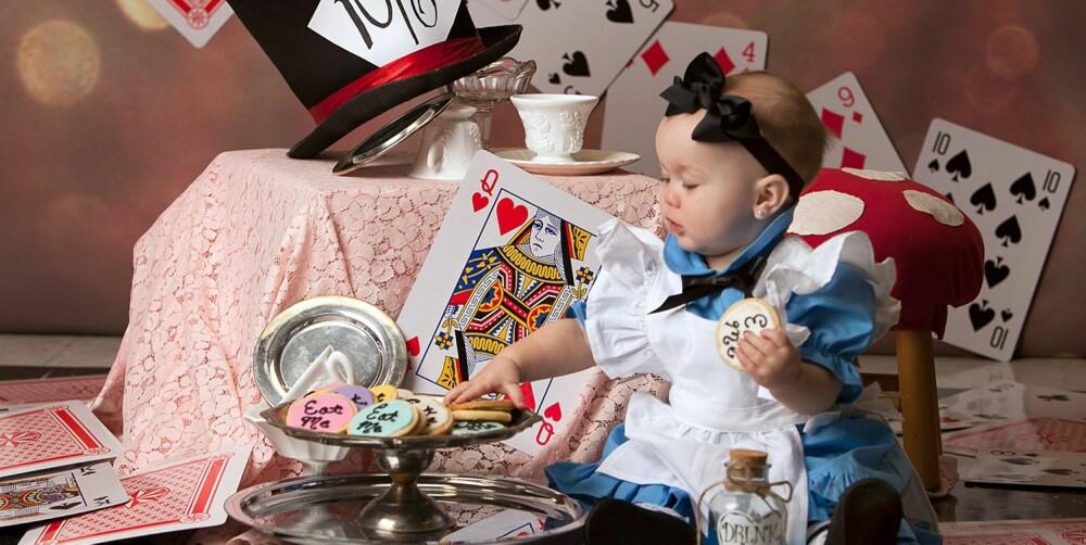 ALICE I TE-SELSKAP: Maddie smaker på småkakene i denne kjente scenen fra Alice i Eventyrland.