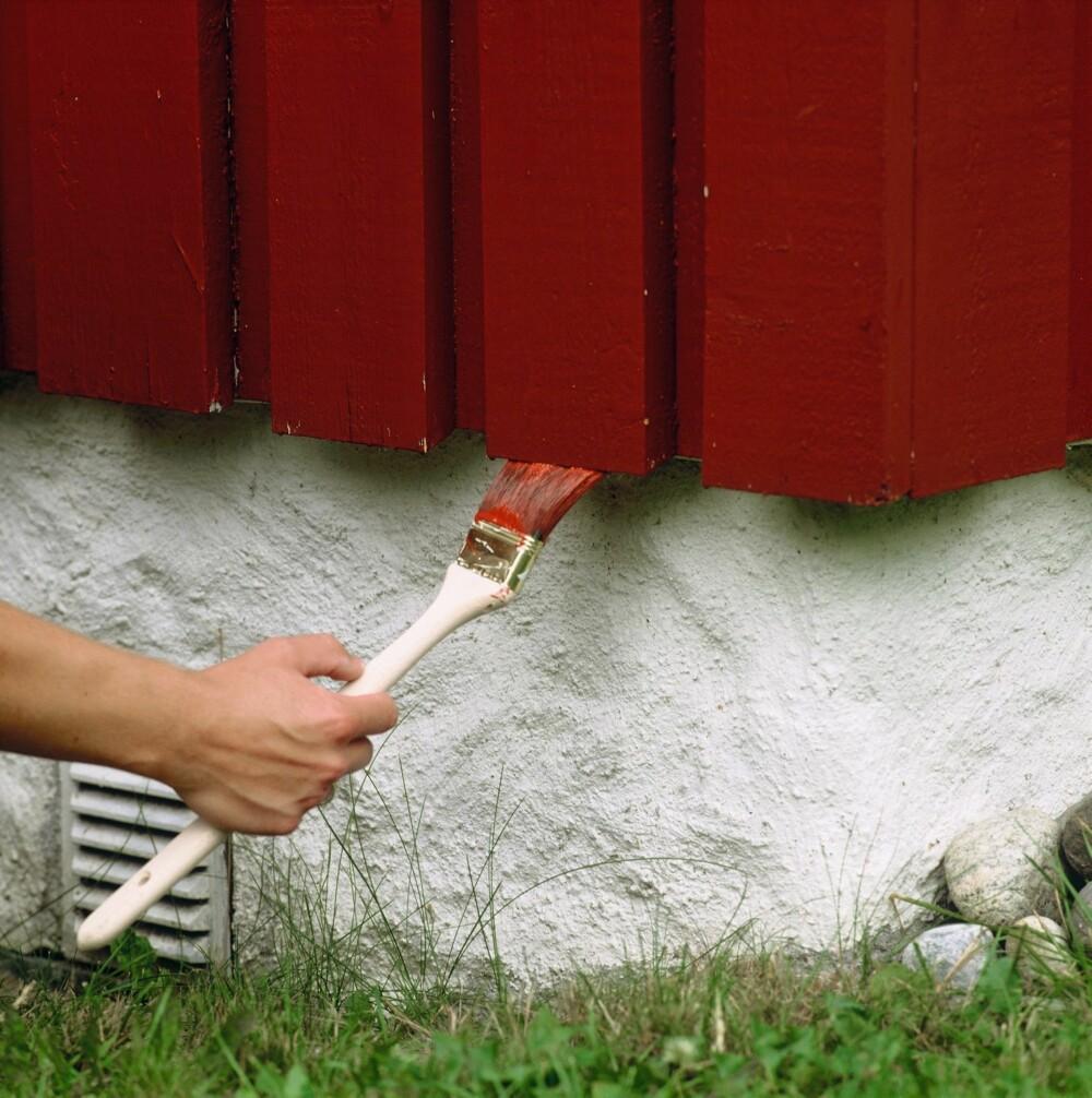 HUSK ENDEVEDEN: Den skal mettes når du maler, og hver vår kan du gi den en omgang med god treolje.