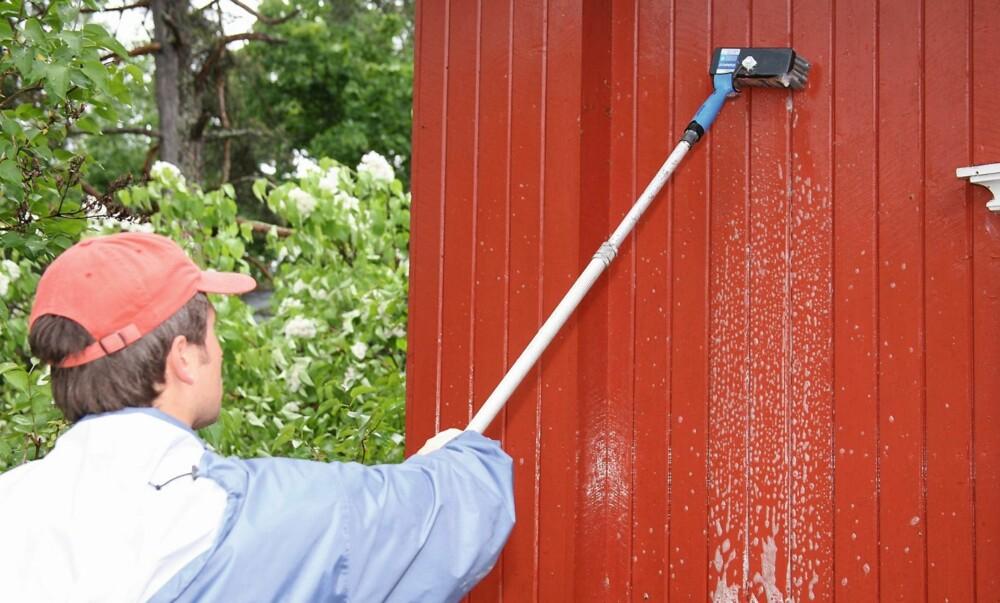 VASK VEGGEN: En skitten vegg holder på fuktigheten og gjør hytta mer utsatt for råte.