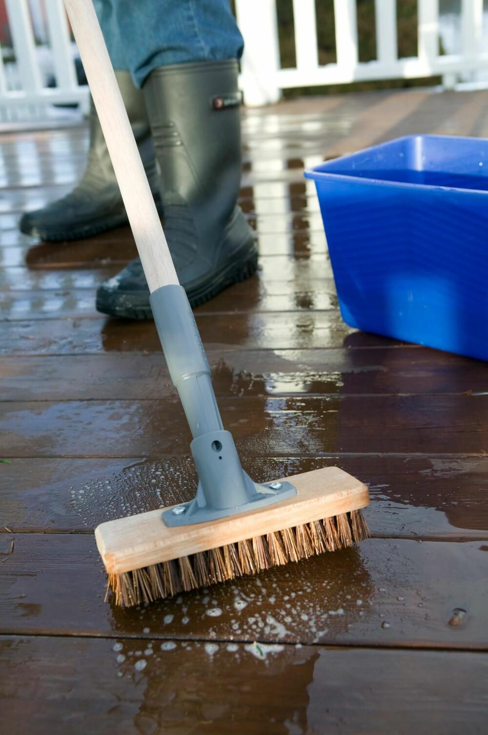 VASKE TERRASSEN: Det er lurt å vaske terrassen godt hvert år. Den vil ofte se bedre og friskere ut i fargen etter en grundig vask.