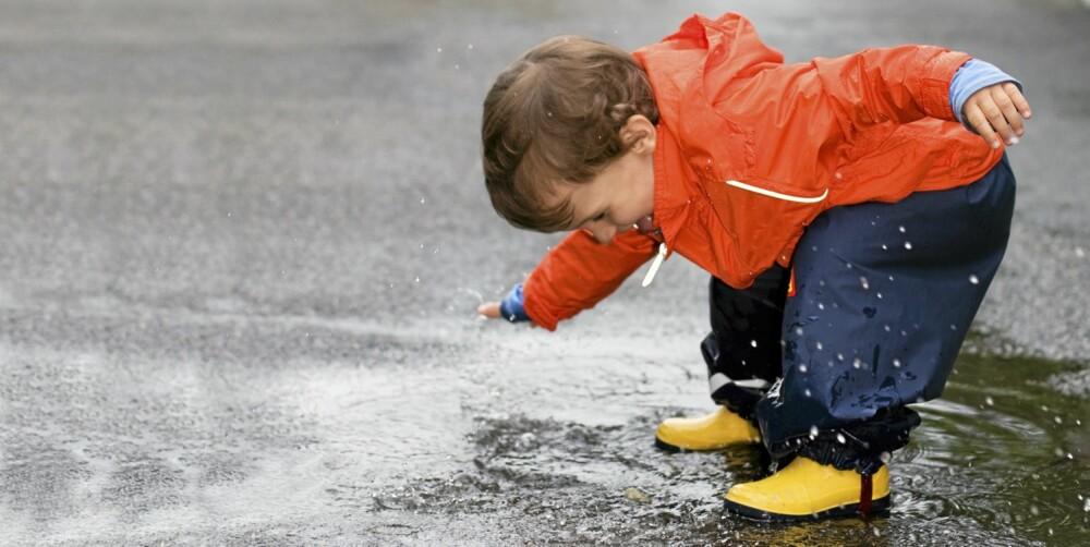 INGEN UNNSYKYLDNING: Er regnvær grunn nok til å holde barnehagebarn innendørs?