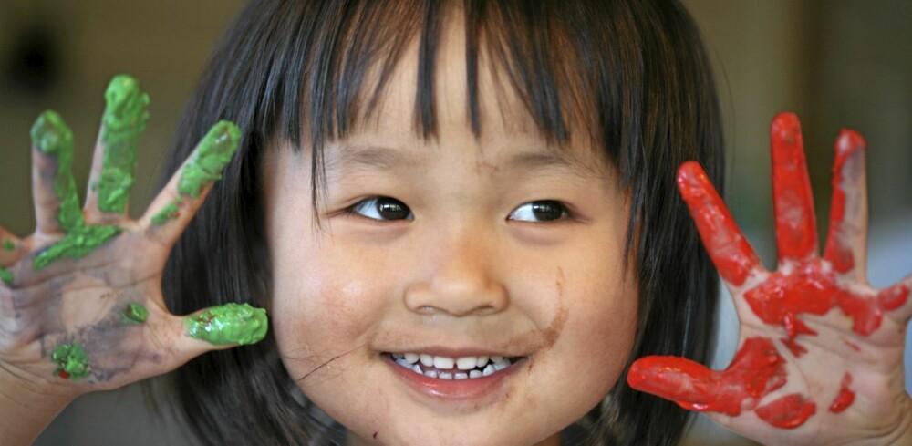 EN FIN KVELD: Barnevaktjobben handler om mer enn å holde liv i barna. Gir du barnevakten skikkelig betalt, øker du sjansen for at han eller hun bruker energi på lek og aktiviteter utover måltider og leggerutiner.