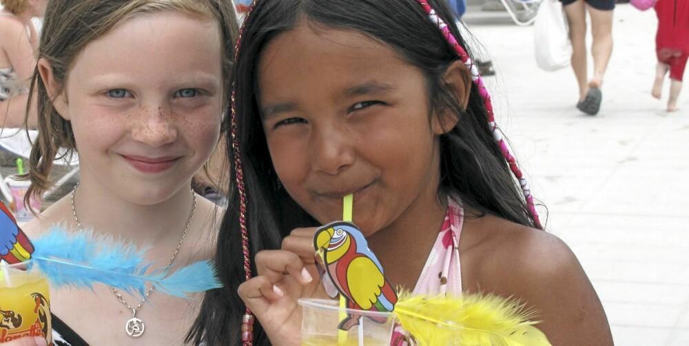 PARAPLYDRINK: Eller var det papegøyedrink? I Alcudia er det så mange barn på ferie at det er lett å bli kjent med jevnaldrende.