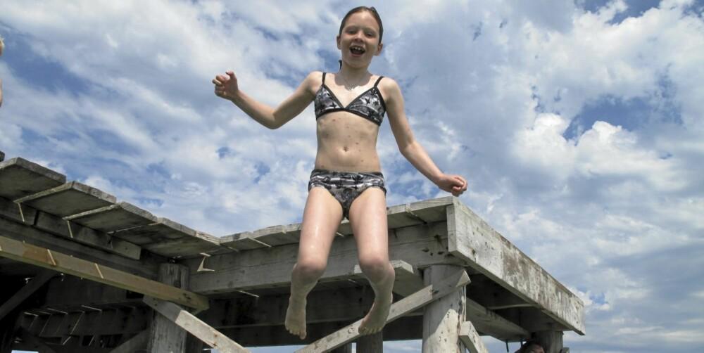 HOPP I MIDDELHAVET: Heldigvis er ikke like langgrunt overalt. Dina (7) fant en perfekt brygge å hoppe fra.