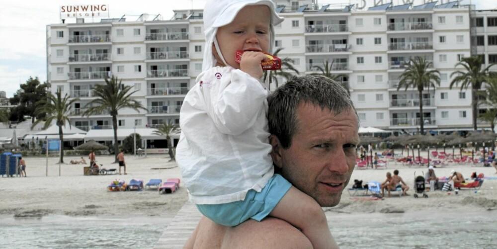 PÅ PAPPAS SKULDRE: Idun (1) holdt ikke ut like lenge på stranda som storebror og storesøster.