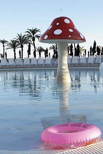 PÅ DYPERE VANN: I svømmebassenget på hotellet slipper du å vasse flere hundre meter for å få deg en svømmetur.