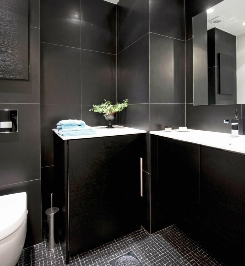 HELSVART: Ingen regel uten unntak, svart bør helst brukes til større flater. Men bruker du fargen på et lite bad som dette, gir det en hulefølelse og etrøft, maskulint uttrykk. Flisene på gulvet er ujevne slik at de understreker røffheten
