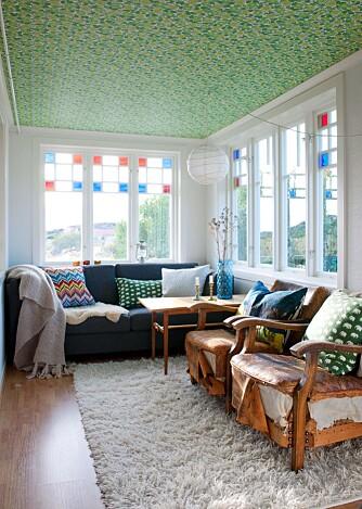 TAKFØRING: Hvorfor ikke tapetsere taket? Det grønnblomstrede tapetet i taket satte føringer for det øvrige interiøret i denne sommerboligen.