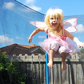 KRAV TIL SIKKERHET: Har du trampoline i hagen er et av kravene er at sikkerhetsnett og kantbeskyttelse skal følge med trampolinen.