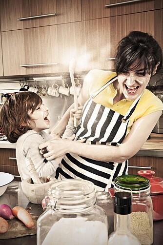 HA DET GØY: Ha det moro på kjøkkenet med barna.