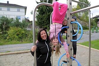 SANDKASSELEK: Mange vil ikke engang la barna leke i sandkassa. Det synes Anja Holt og døtrene Ida og Vilje er noe tull.