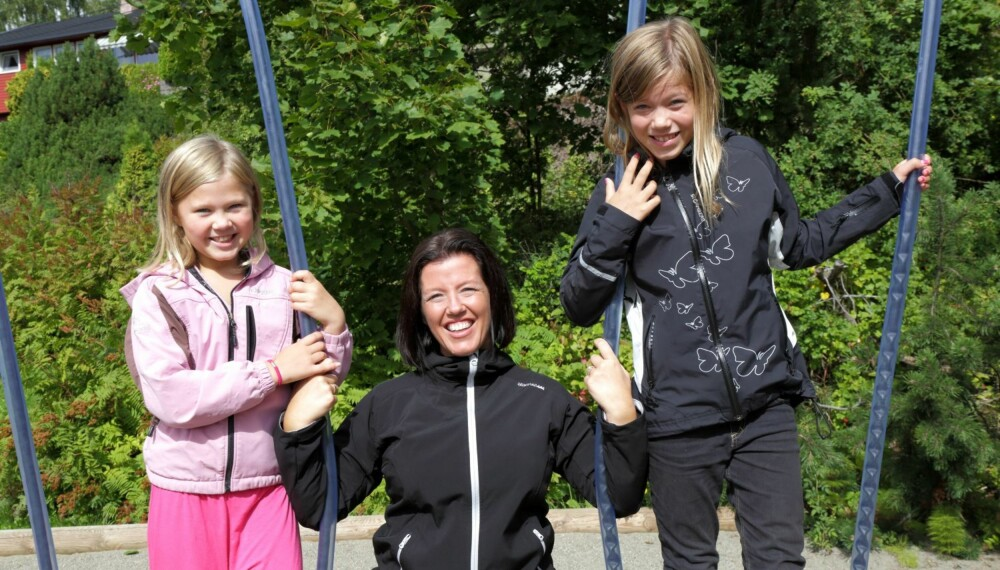 BRA MED SKITT: Anja Holt mener at døtrene Ida og Vilje ikke har vondt av å vokse opp med litt skitt rundt seg.