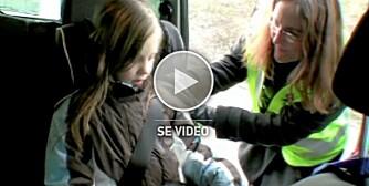 RIKTIG SIKRING: Her ser du hvordan du skal sikre barn i bil.