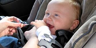 SIKRING AV BARN I BIL:Beltene som brukes til å spenne fast barnet, bør også være stramme. Reguler beltene i forhold til barnets klær.