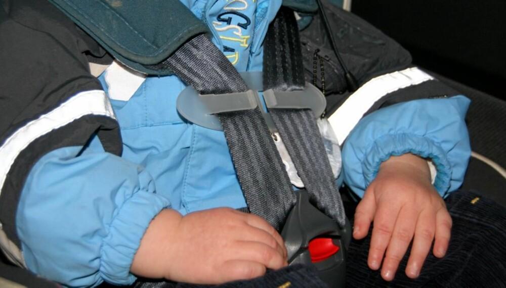 FORBUDT: Denne plastspennen som er ment å holde barnet på plass i  barnebilstolen er forbudt, men selges likevel i Norge.