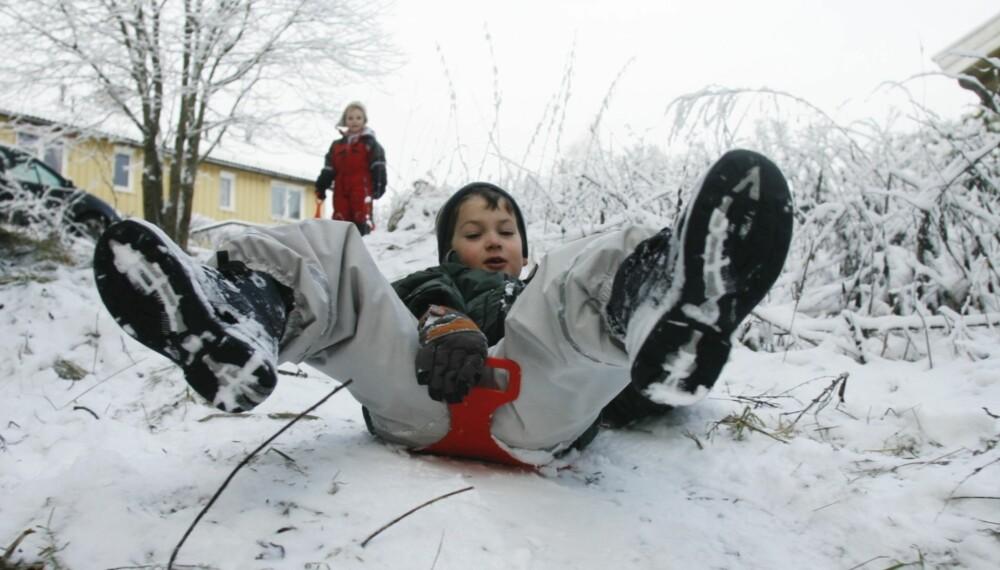 FULL FART: Barn elsker aking. Her er Thomas fra Oppsal i Oslo i farta. Guiden under viser hvilke typer akebrett som passer til hvilke aldersgrupper.