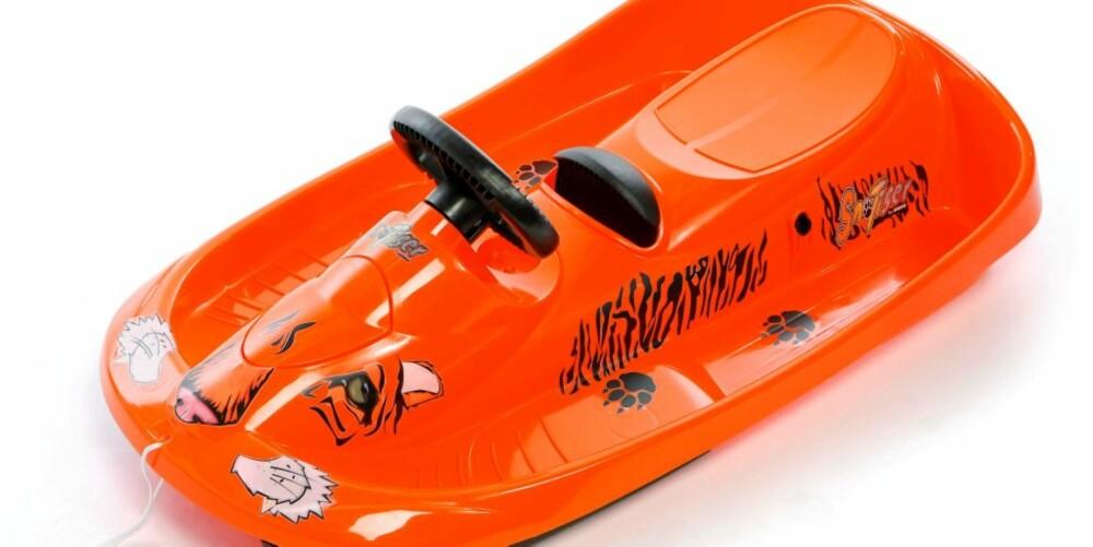 AKEBRETTGUIDE: Tigerakebrett med ratt og håndbrems som vil få snøen til å frese, kr 699, fra Hamax.