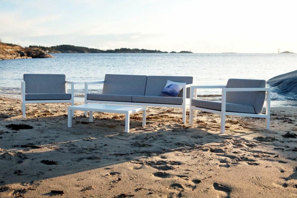 NORSK VÆRBESTANDIG DESIGN: Sundays har laget båtputer i 40 år, en teknikk de nå viderefører i møbelkolleksjonen sin. De skal kunne stå ute i all slags vær, hele året. Fra Verket Interiør, to seter, kr 13 900