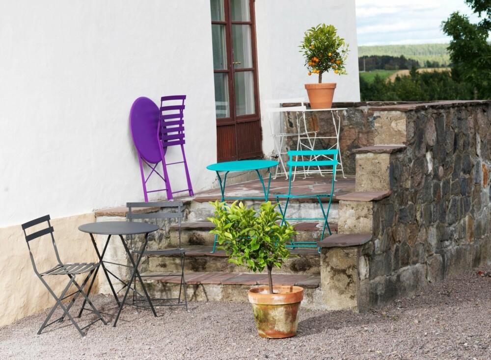 FARGEFEST: Frisk opp uteplassen med fargerike bistromøbler fra Skeidar.