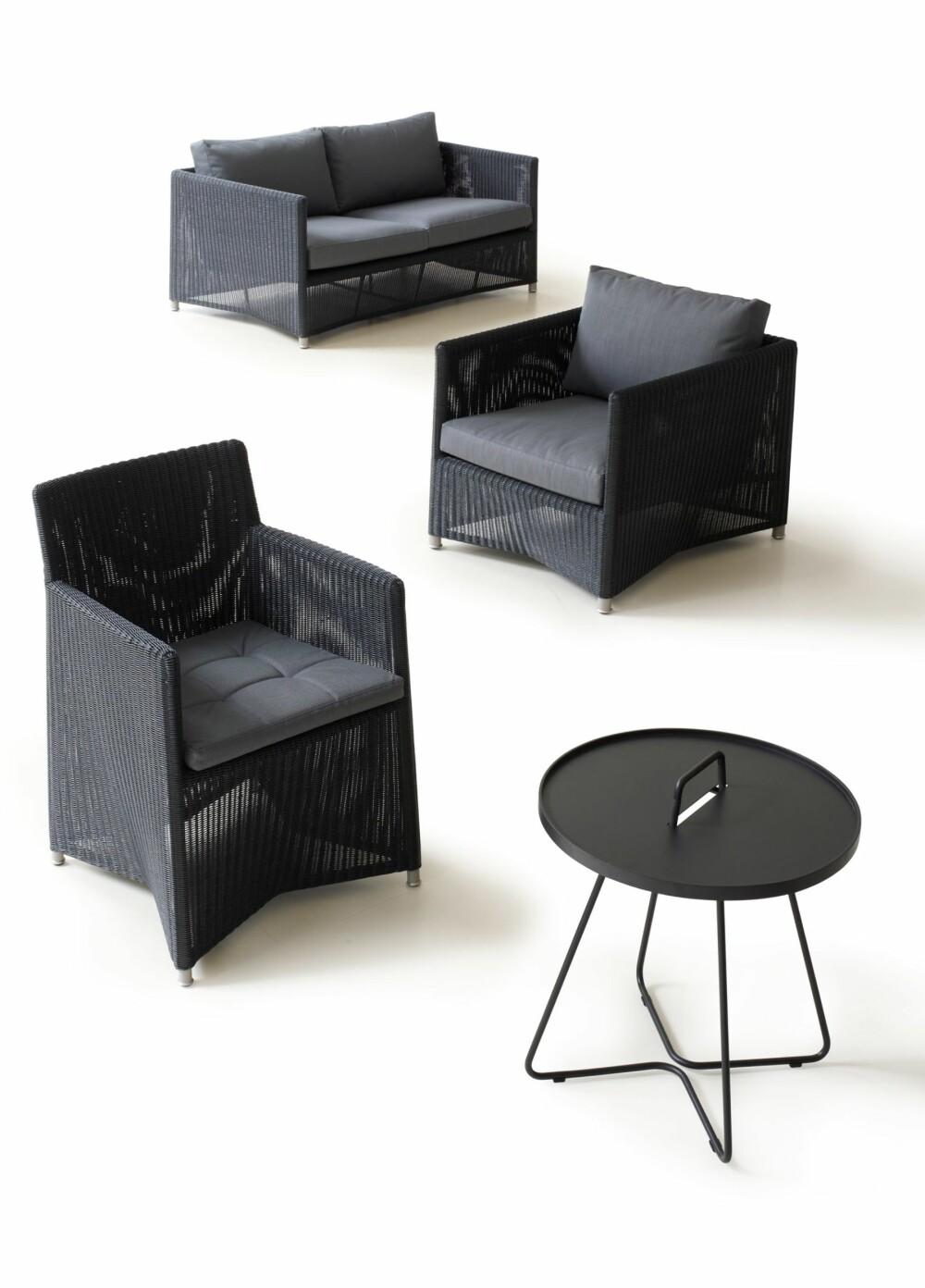 STUEMØBLER: Mange av årets hagemøbler ligner mer og mer på møblene vi har inne. Disse stolene fra Cane Line kan stå ute hele sommeren