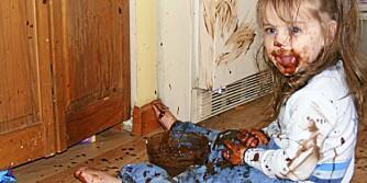 SØL I VEI: Skal du la unger prøve å spise selv, må du tåle litt søl. Denne jenta fant forresten sjokoladepuddingen i kjøleskapet selv, og viser altså velutviklet selvstendighet..