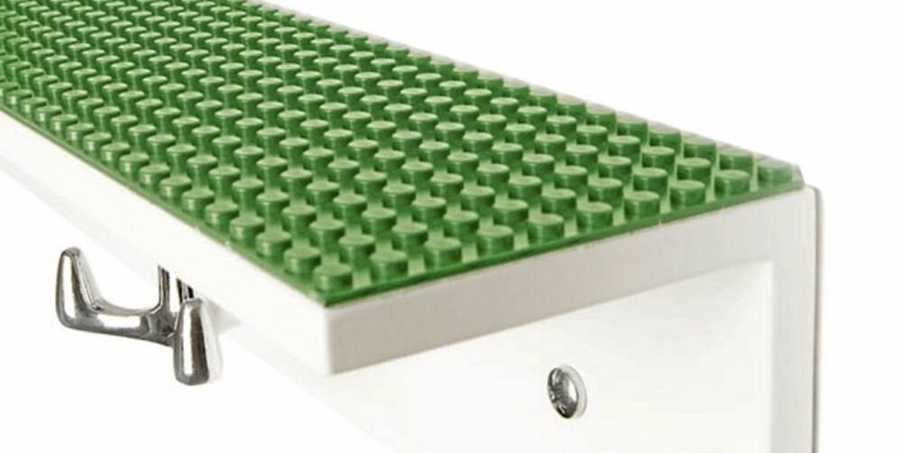 LEKENT: Hyllen Hangman med lego på toppen, fra Pur Norsk.
