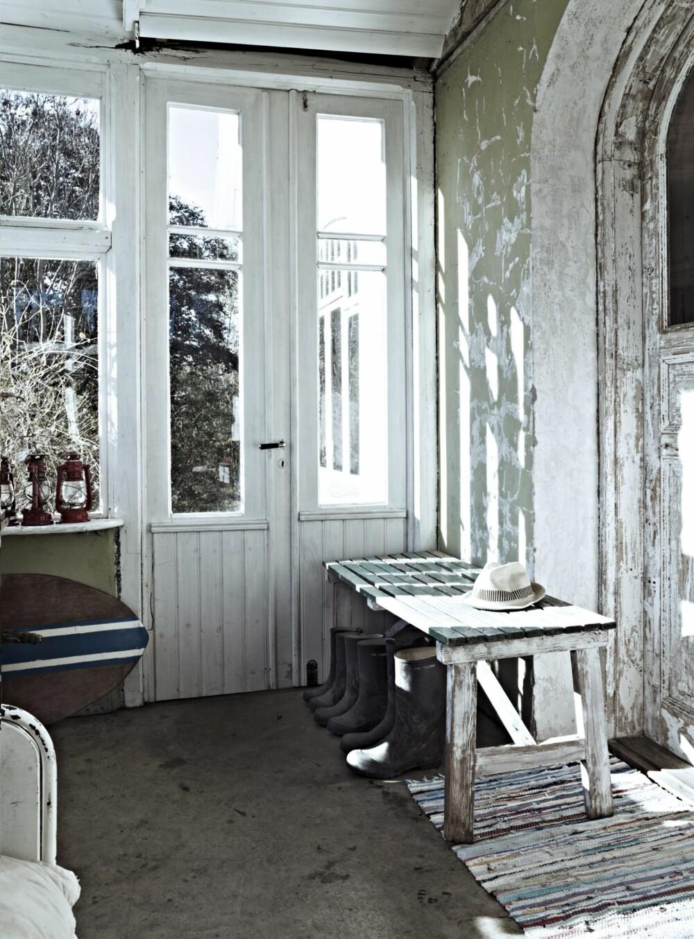 AVSLAPPENDE: På glassverandaen kan Christina ligge i egne tanker og nyte utsikten. Langs den ene langveggen står en hvit sanatorieseng som tidligere sto i leiligheten hennes i Stockholm. Den er et av hennes favorittmøbler.