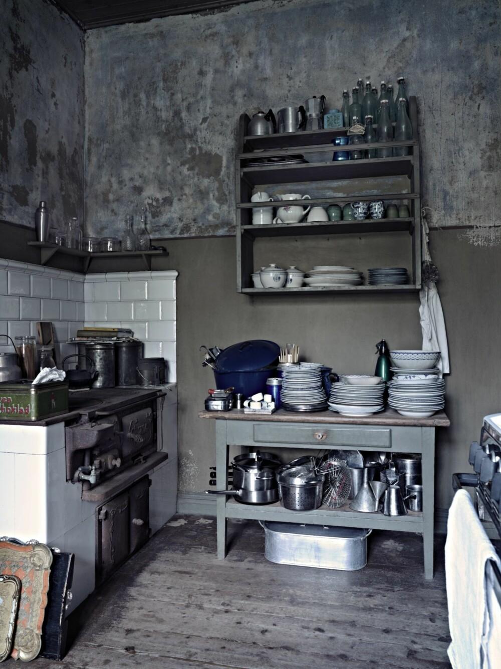 KUNSTEN Å SAMLE: Christina saumfarte loppemarkeder i området for å samle deler til det blå og hvite Alva porselenet fra Rørstrand. På veggen henger en tallerkenhylle fylt med loppemarkedskatter.