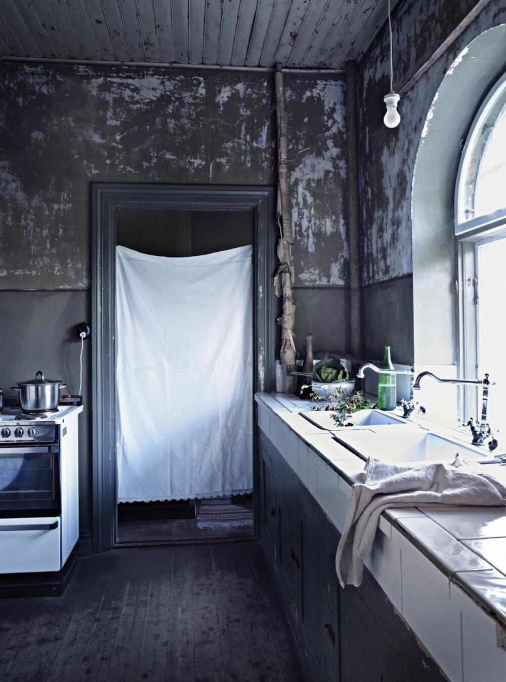 PRAKTISK: På kjøkkenet ble det bygget en oppvaskbenk som er belagt med fliser, slik at kjøkkenet skulle bli litt mer praktisk.