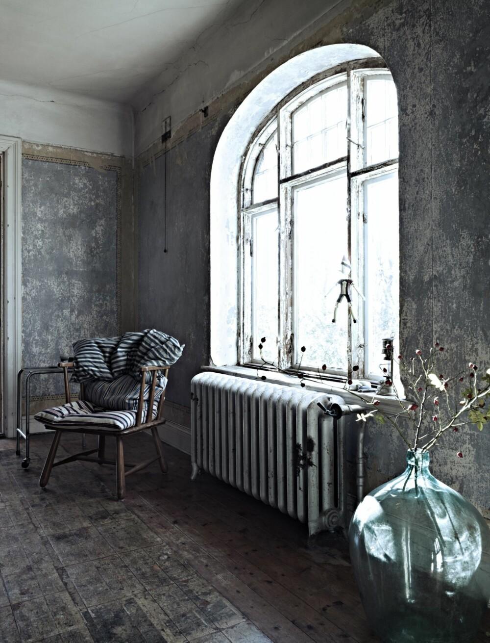 LYST OG LEKKERT: De store vinduene har ingen gardiner og slipper masse lys inn i spisestuen. Mesteparten av møblene i huset er kjøpt brukt.
