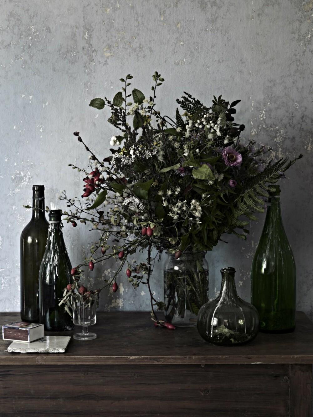 GJENBRUK: Gamle krukker og flasker fungerer som vaser for friske blomster fra hagen.