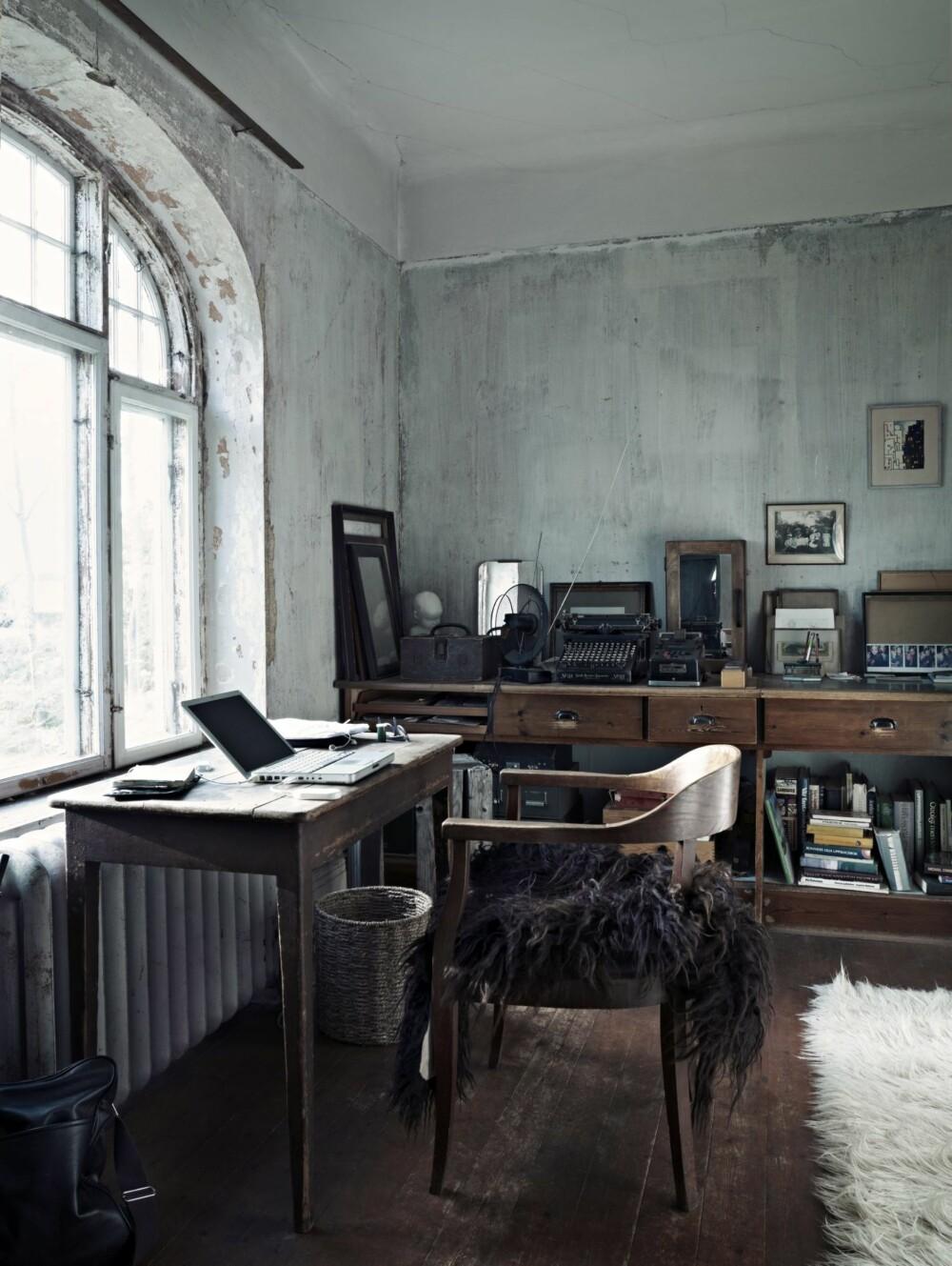 ARBEIDSRO: I kontoret kan Christina sitte og jobbe i lyset fra det store vinduet. Dette rommet er også fylt med bruktskatter som hun har samlet.