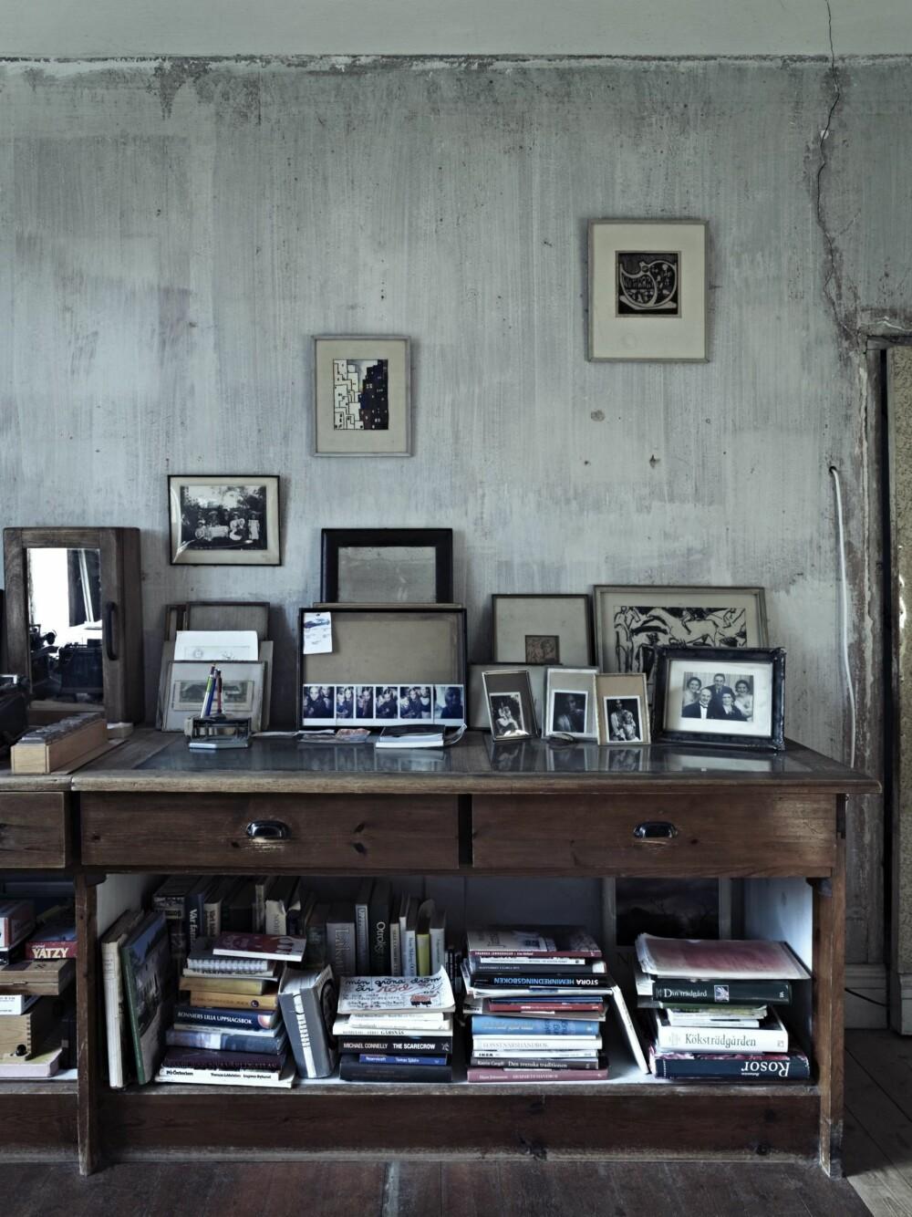 FOTOKUNST: På veggen i arbeidsrommet henger Christinas private bilder side om side med bilder av Katarina, husets første eier.