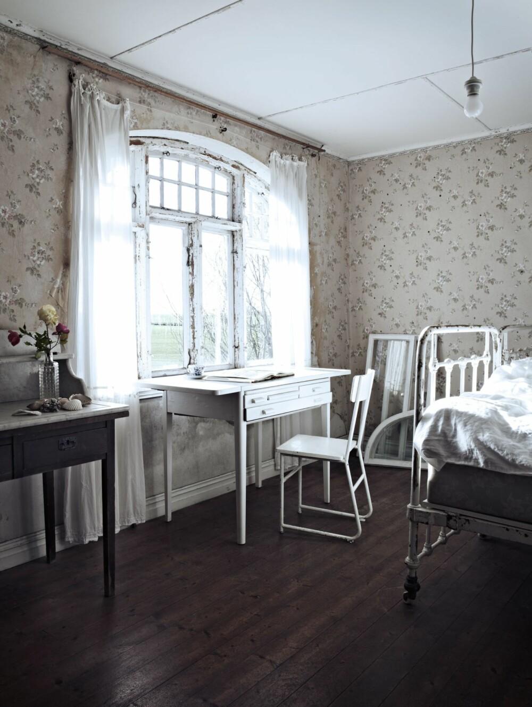 GAMMELT OG GODT: Soveromsvinduene har fått lette gardiner som demper lyset, uten å stenge det helt ute. De hvite jernsengene er loppemarkedfunn, og madrassene er fra Christinas besteforeldre. Selv om de er gamle, er de fortsatt gode.