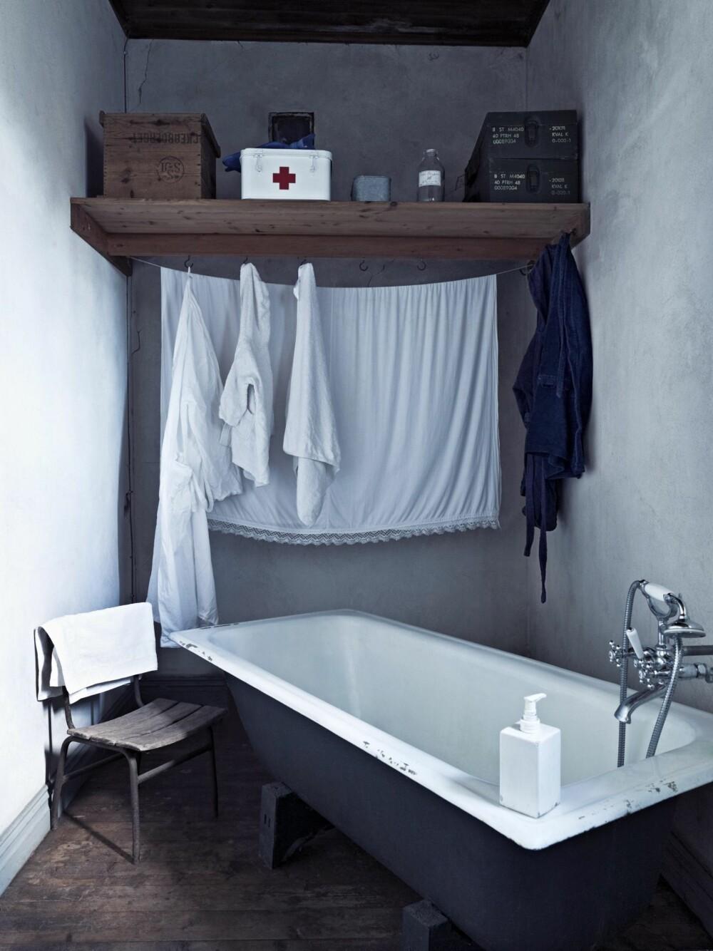 """HELT NYTT: Badet er det eneste """"nye"""" rommet, men innredet i gammel stil. Badekaret er kjøpt brukt, skrubbet rent og malt utvendig med koksgrå maling."""