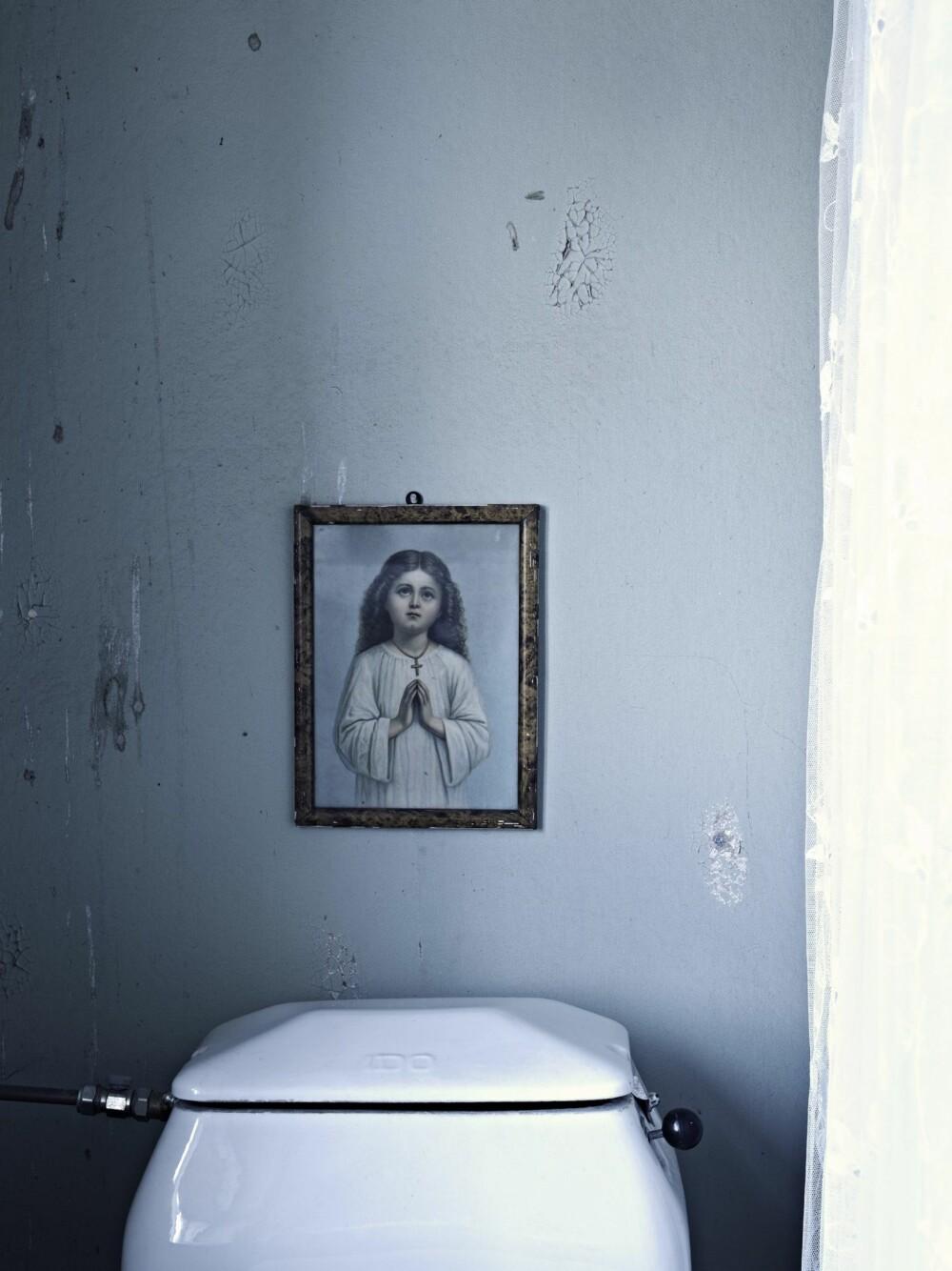 ENGLEVAKT: Over toalettet henger et lite bilde av en engel, nok et bruktfunn.