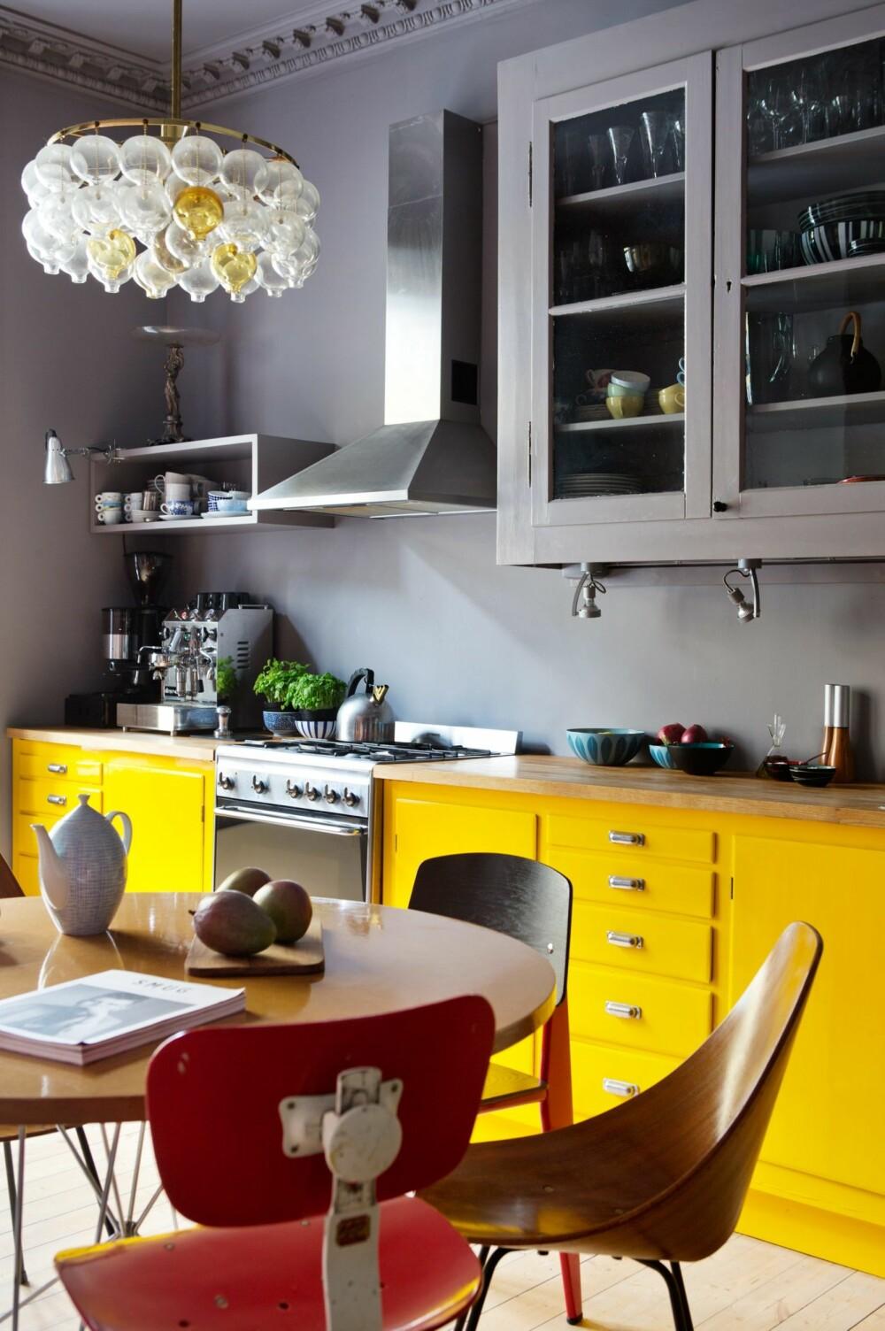 ULIKE SITTEMØBLER: Designstolene er kjøpt ulike steder. Den røde er SE68 av Egon Eiermann for Wilde + Spieth (1951). Lampen er kjøpt i en antikvitetsbutikk.