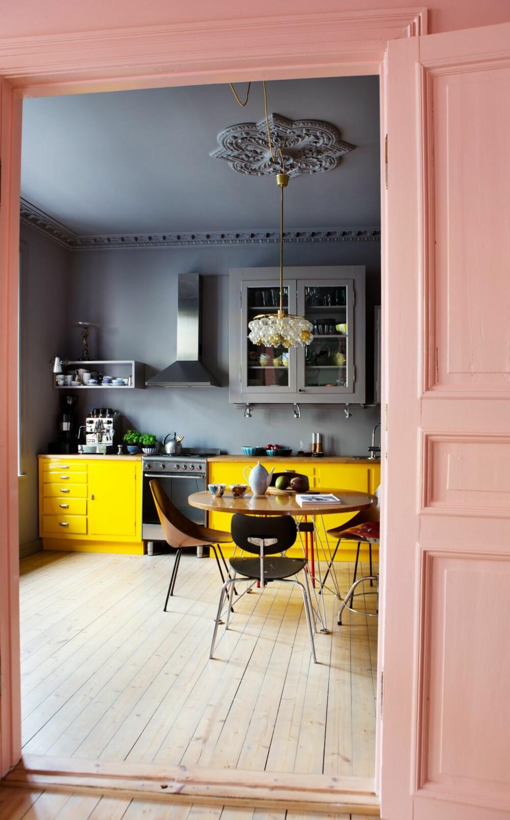 ROSA OVERGANG: Fra stuen og inn mot kjøkkenet er det rosa vegg og dør.  Dørene er kun lukket når familien har overnattingsgjester.