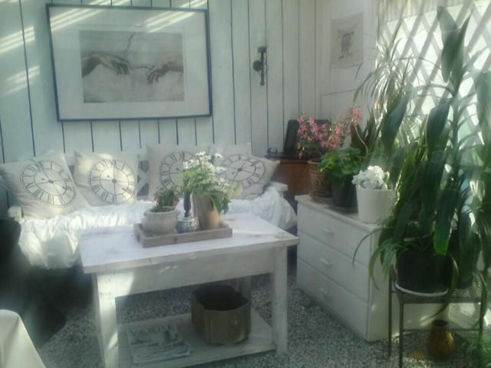 BUGNENDE: I hagestuen setter friske blomster og grønne planter prikken over i-en.