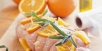 PÅSKELAM: Wenche Andersen lager alltid appelsin- og hvitløkmarinert lammestek på hytten i påsken. Tilbehør er grønnsaker og portvinssaus.
