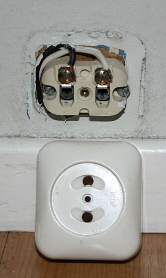TA AV DEKSLER: Du har lov til å fjerne deksler på brytere og stikkontakter. Det kan være greit før du maler veggen eller hvis du vil skifte dem ut med en nyere versjon.