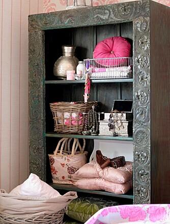 INDISK BOKSKAP: Skapet fra Lille Buddha er laget av gamle dører og malt olivengrønt. Det skaper en lun stemning på soverommet.