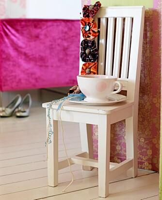 STILLEBEN: En barnestol, en tekopp og et blomsterbelte utgjør et vakkert tablå.