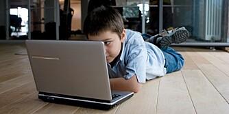 IKKE ALENE: Barn bør ikke ferdes alene på spillsider uten at voksne følger med.