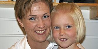 TRE I GARDEROBEN: Vi maser ikke med at barna skal være med på aktiviteter når de er små, for det kommer tidsnok sier Karoline Rein med datteren Linnea Rein Moe (6).