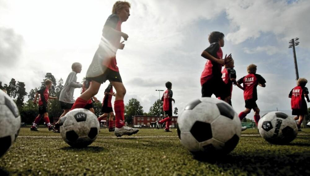 AKTIVITET: Foreldre som oppmuntrer og inspirerer barna til fysisk aktivitet, får populære, smarte og flinke barn, ifølge forskning. Her fra Ajax´fotballskole på Ullern i Oslo.