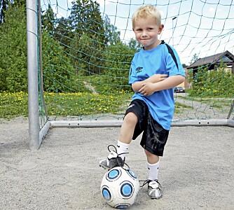 BELØNNING: Vil ikke barnet være med å fotball fordi det er redd for ikke å skåre mål, er det viktig å belønne barnet for å være med på  treningen, og ikke for antallet mål.