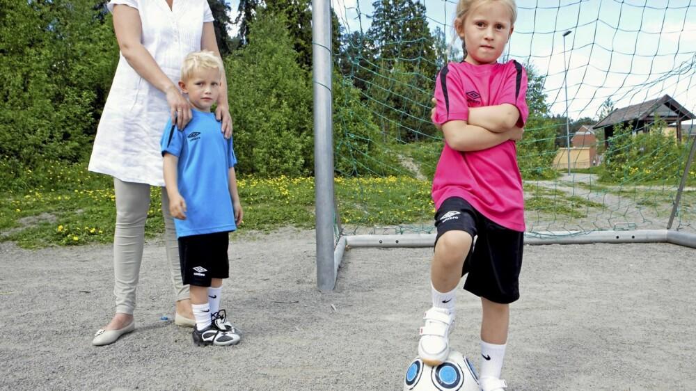 BEGYNN FORSIKTIG: Har barnet lyst, men ikke tør være med på fotballen, så tilvenn barnet gradvis ved bare å sitte og se på første gangen.