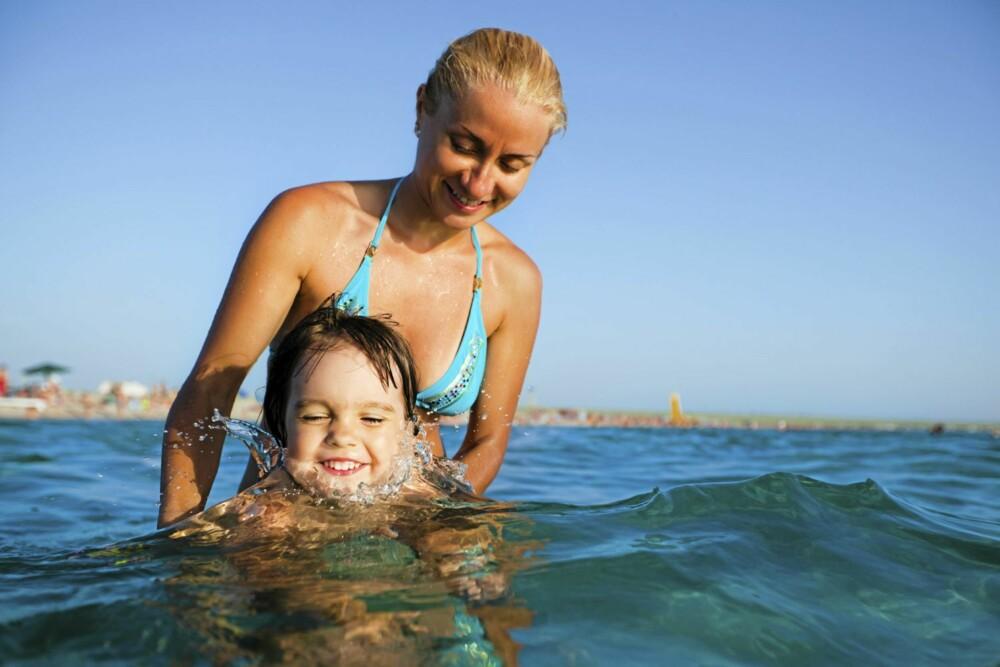 GØY I VANNET MED MAMMA: Torill Hindmarch fra Norges Livredningsselskap oppfordrer foreldre til å leke mye med barna i vannet.